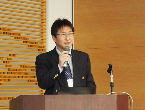 講演する日本建設機械施工協会 施工技術総合研究所の藤島崇さん(写真:家入龍太)