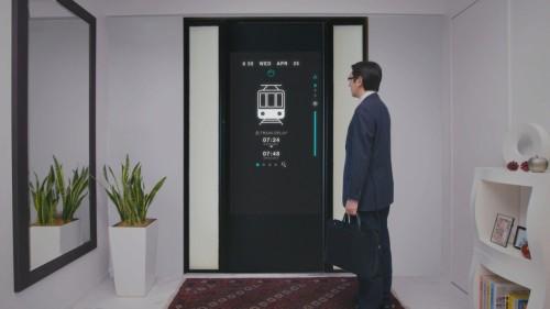 出勤前、玄関ドアの液晶モニターに表示された交通情報で、電車の遅れを確認するイメージ
