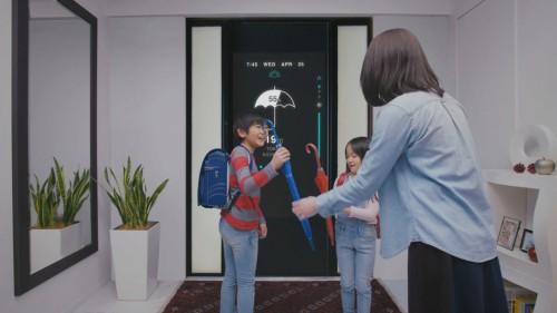 登校前、今日の降水確率が50%を超えていることを玄関で知り、傘を持って出掛けるイメージ