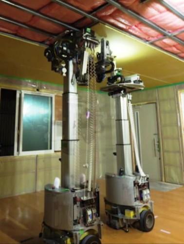2台のロボットが連携し、天井に石膏ボードを取り付けているところ(以下の写真、資料:積水ハウス)