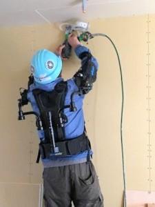 電動工具を長時間、支えるのもラクラク(特記以外の写真・資料:積水ハウス)