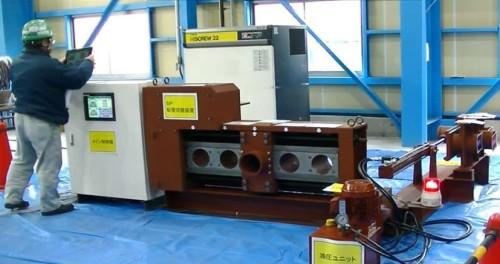 岐阜工業の工場内で実証実験を行った「覆工コンクリート打設システム」。写真中央部に自動配管切り替え装置が見える