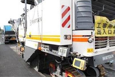 自動制御の舗装切削機で3次元設計データに基づき既存の舗装を切削する(写真:工事受注者提供)