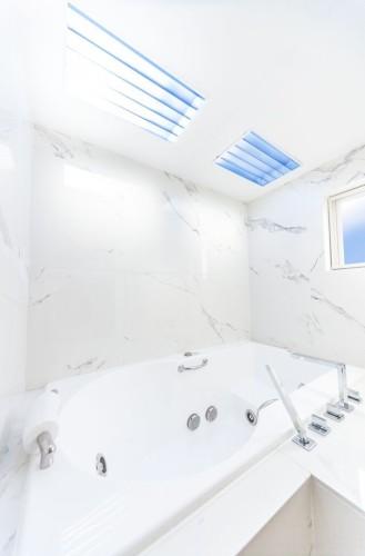 太陽光を完全再現した人工天窓つきのバスルーム