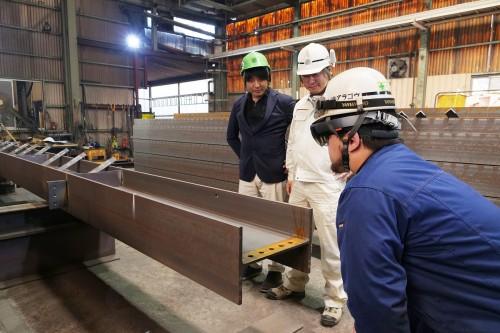 HoloLensを着けてH鋼を見る職人さん
