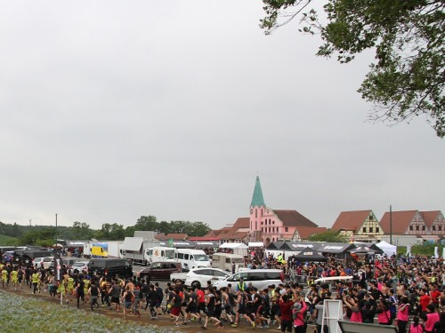レース当日は多数の参加者が集まった