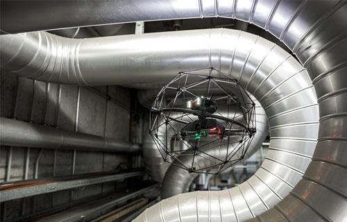 工場内でも、安心して飛行できる。万一、配管などに接触してもプロペラが止まって墜落する心配はない