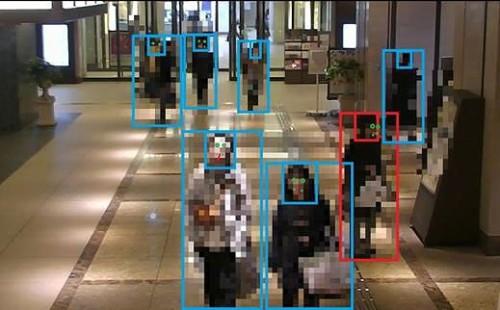 カメラ映像のAI解析により「困っている人」を検知する実証実験。青枠は人、赤枠は困っていると思われる人を検知した例(2018年1月22日~31日実施