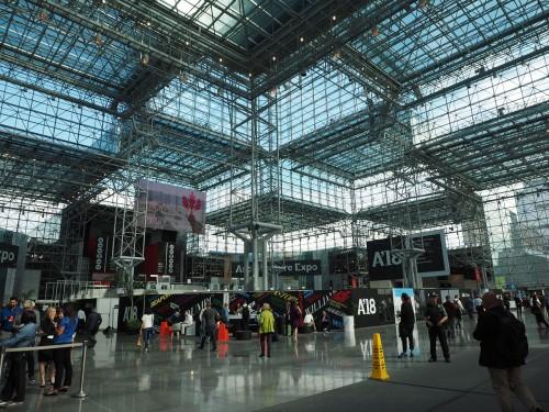 会場となったジェビッツ・センター(Javits Center)。巨大なガラス建築です