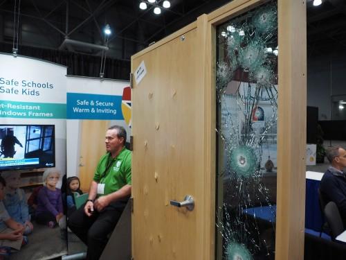 銃弾の跡が残る防弾ガラスや防弾木製ドアも複数の会社が展示していた