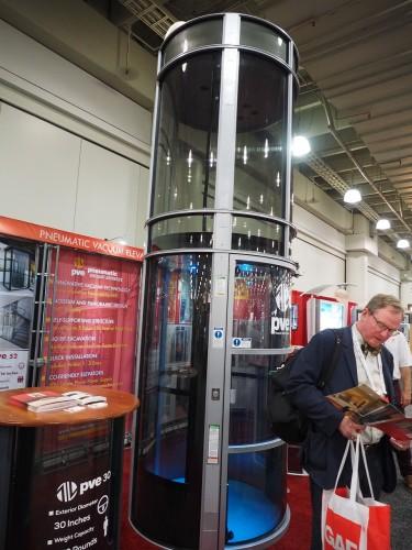 空気圧式のエレベーター。標準で3万5000ドルからとか