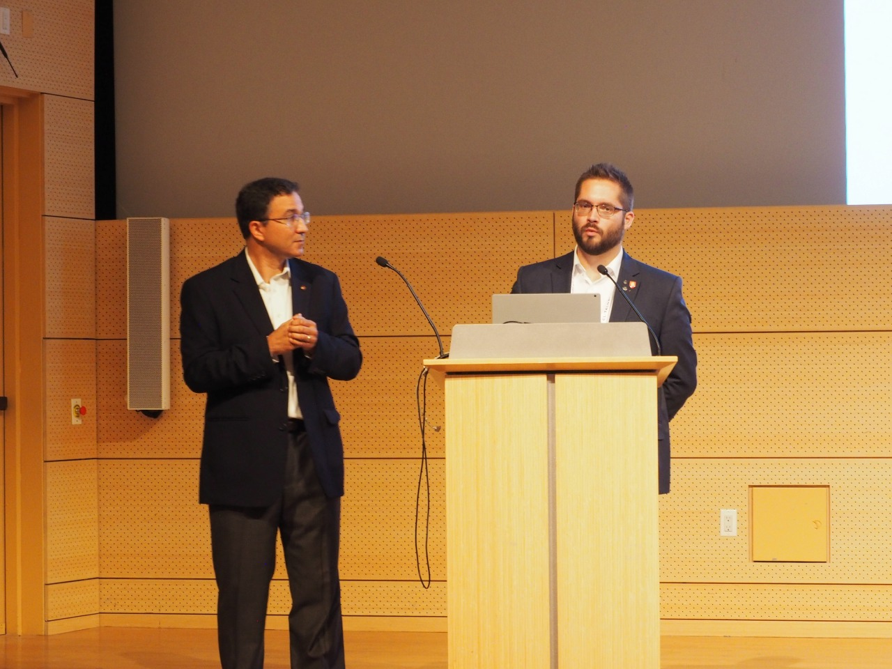講演するジョナサン・スポデック教授(左)とクリストファー・ハリソン氏(右)(写真:家入龍太)