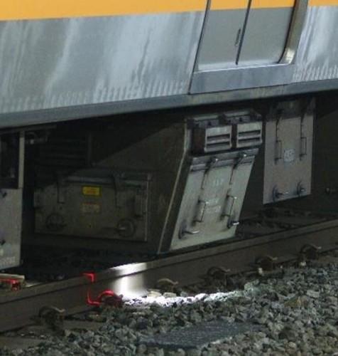 床下に取り付けられた軌道材料モニタリング装置