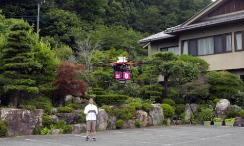 弁当を積んで浦山山荘を離陸するドローン