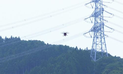 送電鉄塔に沿って自律飛行するドローン