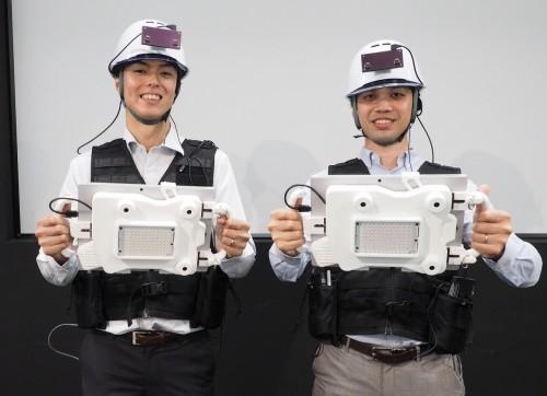 配筋検査システムの開発に関わった若手社員たち。左は工学博士号を持つ技術研究所生産技術研究部主任の中林拓馬氏、右は一級建築士の資格を持つオープンイノベーション推進プロジェクト・チームの大杉達也氏