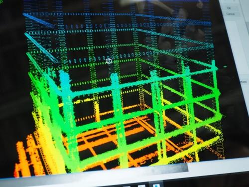 すると2.5分ほどで鉄筋が点群データ化され(太い画像部分)、BIMモデル(細い環状部分)との位置が重なって表示され、設計通りに鉄筋が組まれているかどうかが一目瞭然にわかる