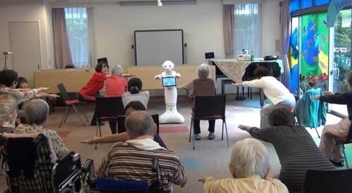 高齢者施設で体操を指導するロボット。フューブライト・コミュニケーションズとのコラボ(資料:長谷工グループ)