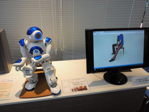イスに座って行う体操を指導するロボット