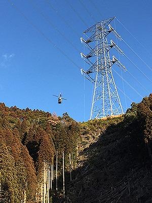 山間部を飛行する無人ヘリコプター「FAZER R G2」(以下の写真、ヤマハ発動機)