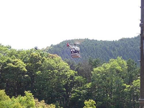 工事用資材を抱えて飛行する。最大積載量は35kg