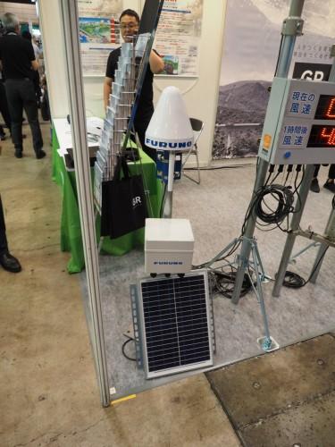 GNSSを使った地盤変位計測システム。古野電気とエコモットのコラボによる製品。この製品の発表により、エコモットの株価はストップ高となった