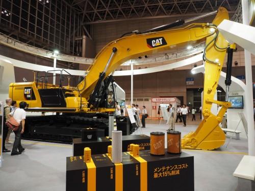 i-Construction対応の新型バックホー「Cat 336 GC 油圧ショベル」。キャタピラージャパンのブースにて