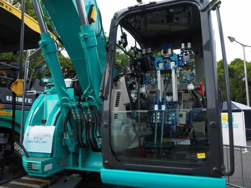 ロボットによる建機の遠隔操作システムも小型化されていた。カナモト、ユナイト、ニシケンのブースにて