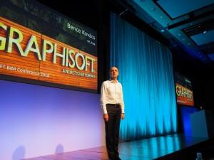 「BIMカンファレンス2018」で開会のあいさつをするグラフィソフトジャパン代表取締役のコバーチ・ベンツェ氏(以下の写真:家入龍太)