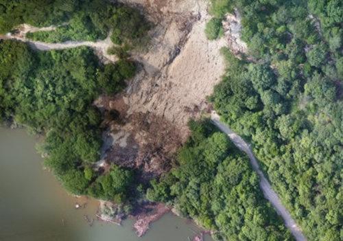 土砂崩れで寸断された道路の空撮写真