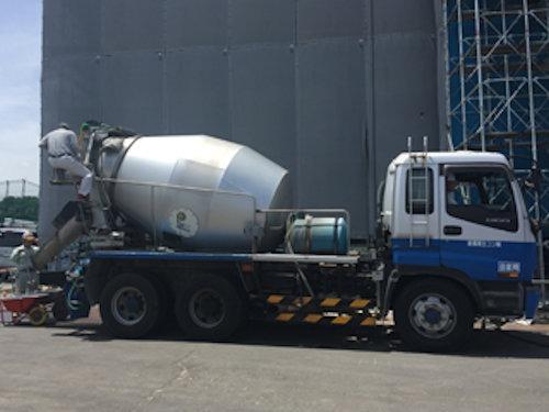 土浦労働庁舎の工事現場に到着した生コン車(以下の写真、資料:鴻池組)