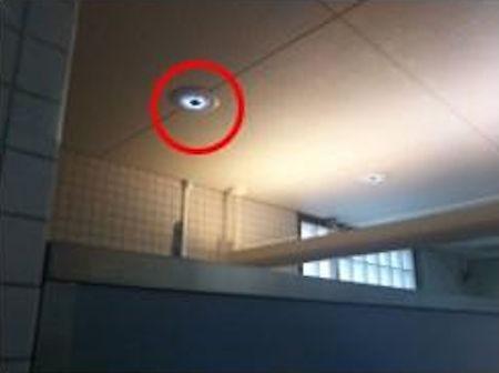 トイレの個室上部に設置されたアウトラインセンサー