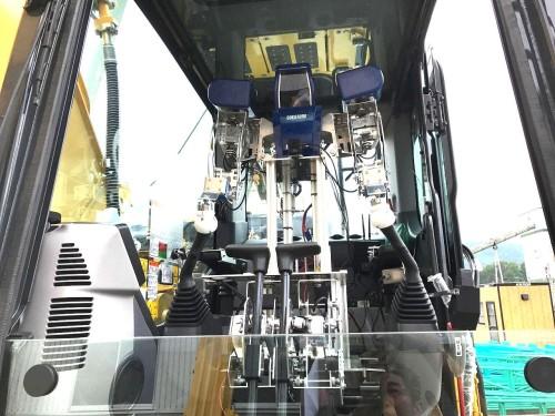 建設機械を操縦する人型ロボット「KanaRobo」(以下の写真、資料:アスラテック)