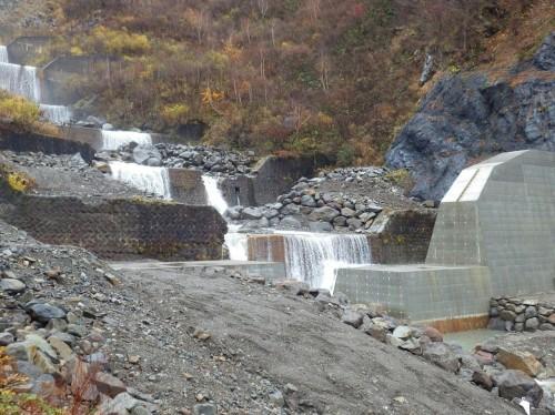 急勾配の斜面に連なるように建設された砂防ダム(以下の写真、資料:特記以外はアイエイチプランニング)