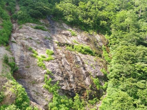 通常のカメラで撮影した岩盤の外観。どこに亀裂があるのかはなかなかわからない