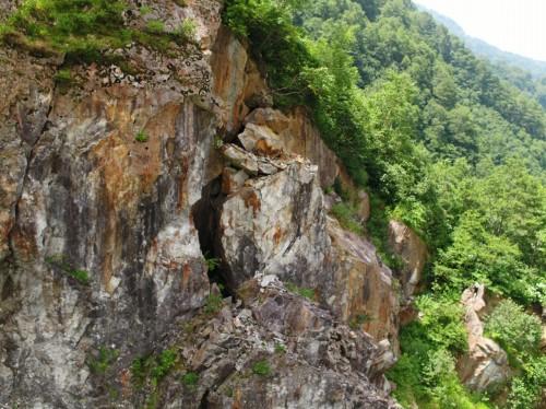別の場所にある岩盤の外観