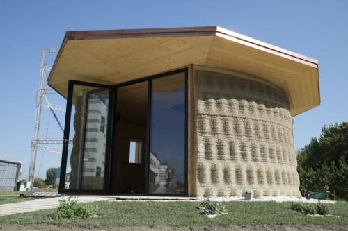土やわらなどを原料に作られた「ライス・ハウス」(以下の写真、資料:WASP)