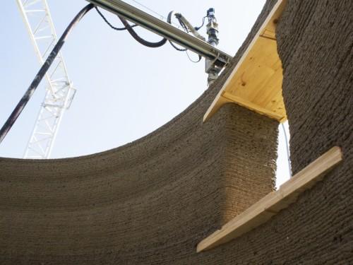 数センチの層を積層して造った壁。開口部の上下は木の板を入れている