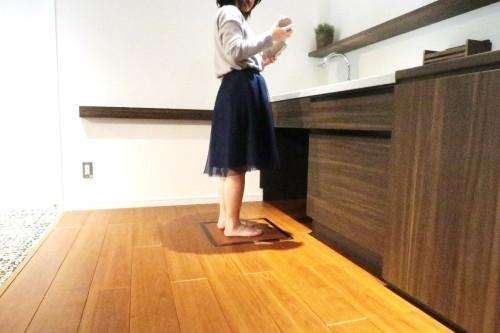 洗面台の床などに組み込んでおくと、歯みがきや手洗いの際に体重や体脂肪率などが自動的に測定できる
