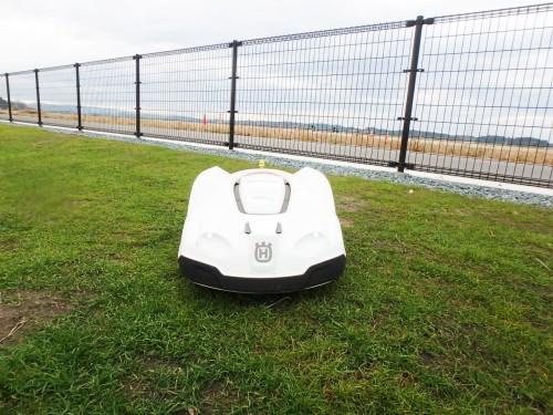 実証実験に使われているロボット芝刈り機「Automower 330X」(以下の資料:西武造園)