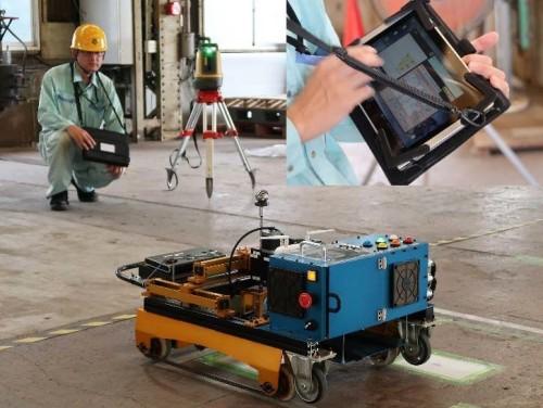 自動墨出しロボットシステムによる作業風景。右上は作業指示用タブレット端末(資料:日立プラントサービス)
