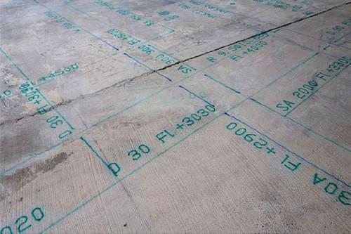 「施工図描画ロボット」により、床面に描かれた実寸大の図面(写真:新菱冷熱工業)
