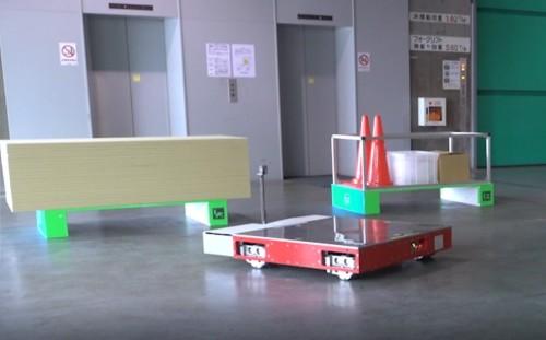 工事資材を載せたパレットに潜り込もうとする自動搬送ロボット(以下の写真、資料:大林組、三井不動産)