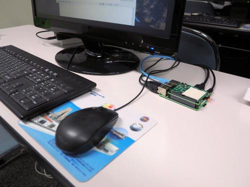 キーボードやモニターなどをつなぐとパソコンとして動作する(写真:家入龍太)