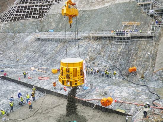 岩手県盛岡市内で建設中の簗川ダム。バケットによるコンクリートの打設風景(以下の資料:清水建設)