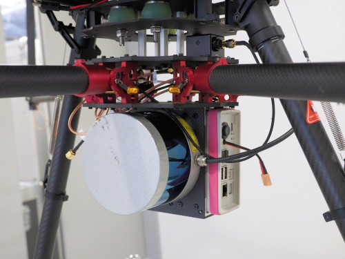 ドローンの下部に搭載されたレーザースキャナー(写真:家入龍太)