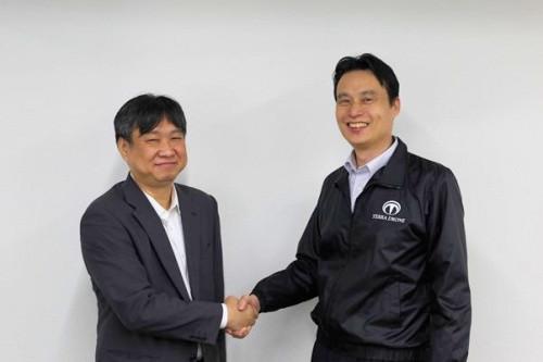 ヤナイソフトウエー代表取締役の岩永誠享氏(左)とテラドローン代表取締役社長の徳重徹氏(右)