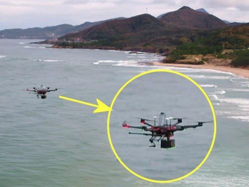 グリーンレーザースキャナーを搭載して水面上空を飛行するドローン