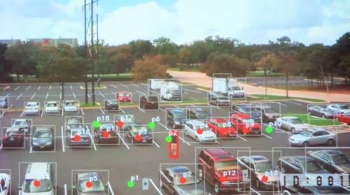 駐車場でクルマが止まっているスペースや歩行者を自動認識した例