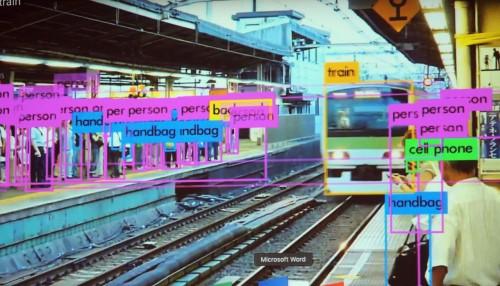 駅構内を歩く人やハンドバッグ、電車など多くのモノをリアルタイム認識した例